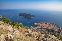 Toneel luchtmening in beroemde Dubrovnik Riviera in Kroatië, de populair bestemming van de de zomertoerist en Spel van Tronenland stock fotografie