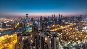 Toneel luchtmening van een grote moderne stadsdag aan nacht timelapse Bedrijfsbaai, Doubai, Verenigde Arabische Emiraten stock video