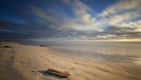 Cloudscape over strand stock foto's