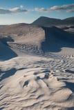 Gegolfte zandduinen stock afbeeldingen