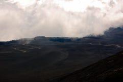 Toneel meningen bij vulcano met kronkelige weg Stock Afbeelding