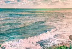 Toneel oceaanbeeld van golven en branding stock foto