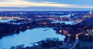Toneel oude stadsarchitectuur na zonsondergang luchtpanorama de tijd-tijdspanne van van Stockholm, Zweden stock videobeelden