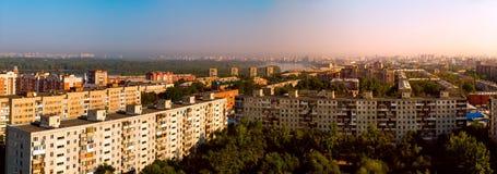 Toneel panoramische dakmening van de stad van Omsk en Irtysh-rivier bij augustus-ochtend Stock Fotografie