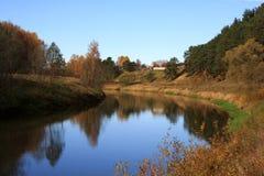 Toneel rivier in de herfst Stock Foto