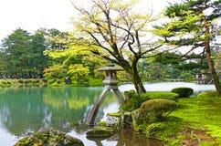 Toneel Traditionele Japanse Tuin Kenrokuen in Kanazawa, Japan in de Zomer stock fotografie