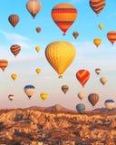 Toneel trillende mening van ballonsvlucht in Cappadocia-vallei in s Stock Foto