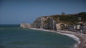 Toneel van kustlijn in Etretat in Normandië, Frankrijk stock footage
