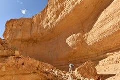 Toneel wandeling in Judea-woestijnberg stock foto's
