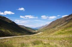 Toneel windende landweg langs een vallei in de Schotse Hooglanden, het Verenigd Koninkrijk Royalty-vrije Stock Foto's