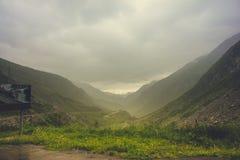 Toneel windende weg in de mistige bergen van Zwitserland royalty-vrije stock afbeelding