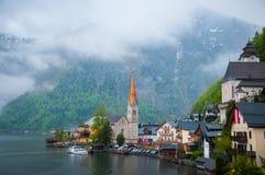 Toneel ziet de beeld-prentbriefkaar mening van beroemd Hallstatt-bergdorp met Hallstaetter in de Oostenrijkse Alpen, gebied van S Stock Foto's