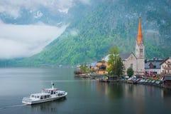 Toneel ziet de beeld-prentbriefkaar mening van beroemd Hallstatt-bergdorp met Hallstaetter in de Oostenrijkse Alpen, gebied van S Stock Afbeeldingen
