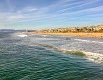 Toneel Zuidelijk Californië met beachfronthuizen op de Bundel en de golven die binnen rollen royalty-vrije stock fotografie