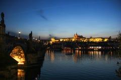 Toneelavondmening over Vltava-rivier, het kasteel van Praag en historisch centrum van Praag, gebouwen en oriëntatiepunten van oud royalty-vrije stock fotografie