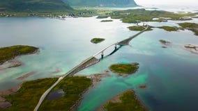 Toneelbruggen die Eilanden in Lofoten, Noorwegen verbinden stock footage