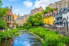 Toneeldean Village in een zonnige middag, in Edinburgh, Schotland stock afbeeldingen