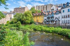 Toneeldean Village in een zonnige middag, in Edinburgh, Schotland royalty-vrije stock fotografie