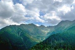 Toneeldiebergvallei door hoge pieken wordt omringd Royalty-vrije Stock Afbeeldingen