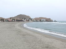 Toneeldiemening van Cerro Azul strand bij zuiden van Lima wordt gevestigd royalty-vrije stock afbeelding