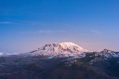 Toneeldiemening van MT st Helens met sneeuw in de winter wordt behandeld wanneer de zonsondergang, St Helens Nationaal Vulkanisch Stock Afbeeldingen