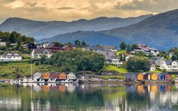 Toneeldorp op de kustlijn van fjord stock foto's
