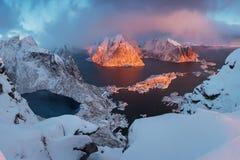 Toneelfjord op Lofoten-eilanden, Reine, Noorwegen Kalm water Beroemde toeristische attractie op Lofoten-Eilanden royalty-vrije stock afbeeldingen