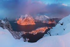 Toneelfjord op Lofoten-eilanden, Reine, Noorwegen Mooie landschaps Beroemde toeristische attractie als achtergrond op Lofoten-Eil royalty-vrije stock fotografie