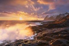 Toneelfjord op Lofoten-eilanden, Reine, Noorwegen Stormachtig weer Beroemde toeristische attractie op Lofoten-Eilanden stock foto's