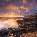 Toneelfjord op Lofoten-eilanden, Reine, Noorwegen Stormachtig weer Beroemde toeristische attractie op Lofoten-Eilanden stock fotografie