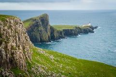Toneelgezicht van Neist-Puntvuurtoren en klippen in het Eiland van Skye, Schotland Royalty-vrije Stock Afbeeldingen