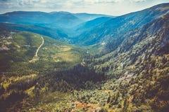 Toneelgezicht van Tsjechische reuzebergenvallei en net bos bij de zomer stock afbeeldingen