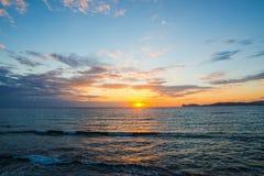 Toneelhemel over het overzees bij zonsondergang royalty-vrije stock afbeeldingen
