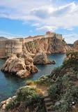 Toneelklippen en stadsmuren van Dubrovnik Royalty-vrije Stock Foto's