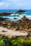 Toneelkustlijn met golven die aan wal op kleine rotseilanden wassen royalty-vrije stock foto's
