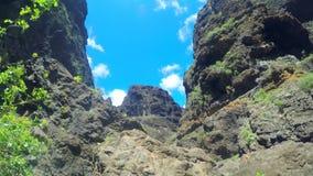 Toneellandschap in Masca-canion en klippen in Tenerife, Canarische Eilanden, Spanje stock videobeelden