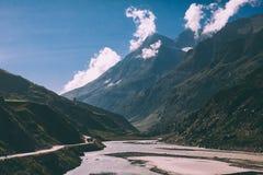 toneellandschap met rivier in majestueuze vallei en weg met voertuigen royalty-vrije stock foto's