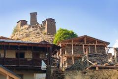 Toneellandschap van de zomerochtend in de bergen van de Kaukasus De zon kwam enkel uit en verlicht oude ru?nes van Tushetian-tore stock foto's