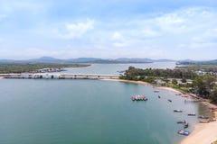 Toneellandschap van grote rivier en reservoirdam met berg en aardbos stock foto's