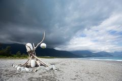 Toneellandschap van strand en bewolkte hemel stock afbeeldingen