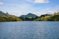 Toneellandschap van Waikato-rivier van een veerboot dichtbij het geothermische park van Orakei Korako Royalty-vrije Stock Afbeeldingen