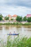 Toneellandschaps hoofdstad van Battambang-Provincie, Kambodja Paartoeristen die in Sangkae-Rivier kayaking Het zachte zonlicht gl royalty-vrije stock afbeelding