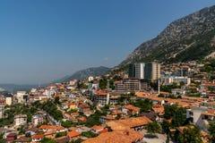 Toneellandschapsmening van de stad Kruja op een berghelling met blauwe hemel in Albanië stock fotografie
