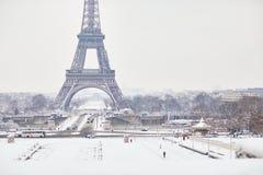 Toneelmening aan de toren van Eiffel op een dag met zware sneeuw Stock Fotografie