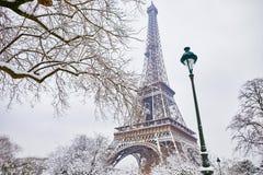 Toneelmening aan de toren van Eiffel op een dag met zware sneeuw Stock Afbeelding