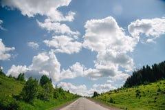 Toneelmening aan de weg in bergen met mooie hemel Royalty-vrije Stock Foto