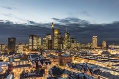 Toneelmening aan Frankfurt met 's nachts rivier stock afbeeldingen