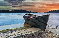 Toneelmening met oude fishinfboot bij zonsopgang Royalty-vrije Stock Foto's
