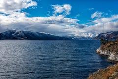 Toneelmening over fjord in Noorwegen stock foto's