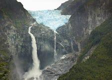 Toneelmening over gletsjerventisquero calgante met waterval, Chileens Patagonië Stock Afbeeldingen